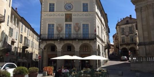 Mondovì Piazza Maggiore: immobile commerciale con affaccio sulla Piazza.
